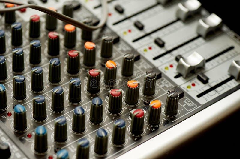 Les petits groupes de votre contrôleur du DJ, fin Macro dans l'obscurité, avec des lumières nightlife photos libres de droits