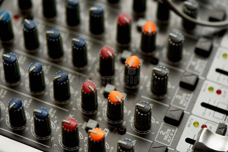 Les petits groupes de votre contrôleur du DJ, fin Macro dans l'obscurité, avec des lumières nightlife photo stock