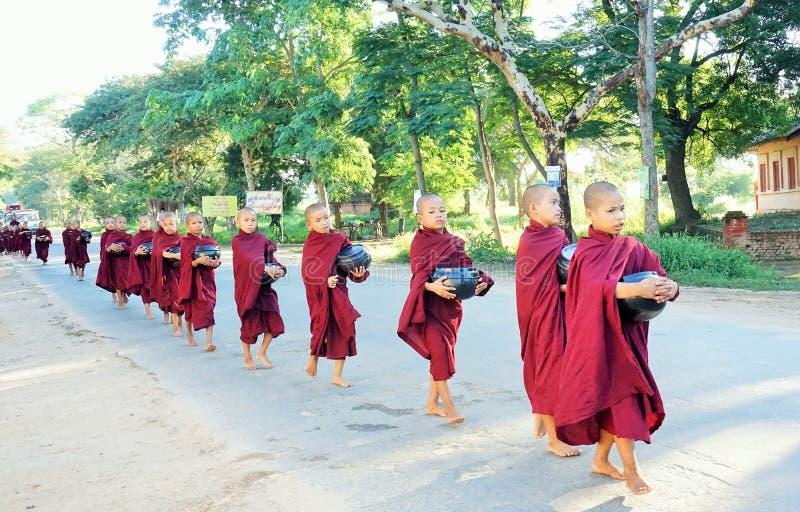 Les petits moines mignons en Birmanie photographie stock