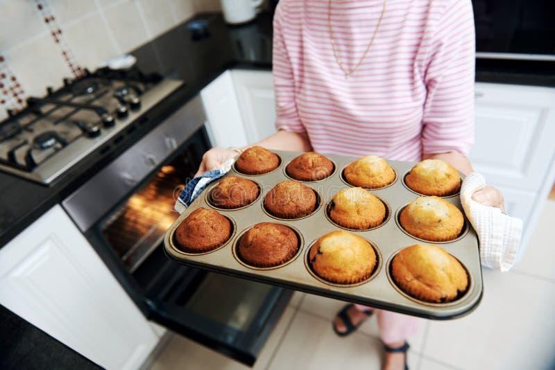 Les petits pains cuits au four par maison de la grand-maman photos stock