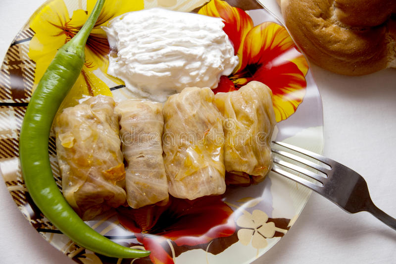 Les petits pains de chou ont rempli de la viande hachée et de riz de plat images stock