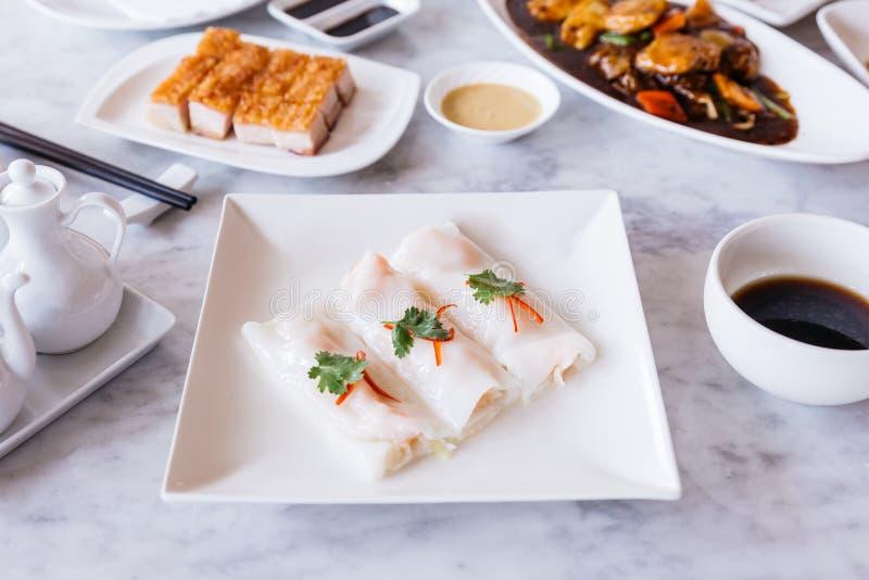 Les petits pains de ressort frais de crevette de Cantonese avec de la sauce aigre ont servi dans le plat blanc sur la table supér photographie stock