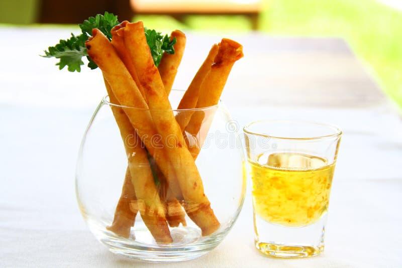 Les petits pains de ressort ont servi avec la sauce aigre-doux en beau verre photos libres de droits