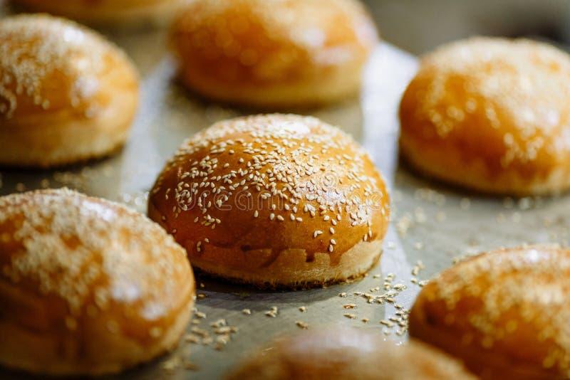 Les petits pains de sésame se ferment sur le fond métallique images stock