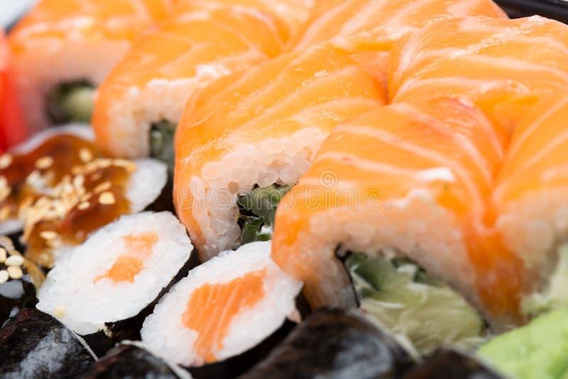 Les petits pains de saumons et de caviar ont servi d'un plat photos stock