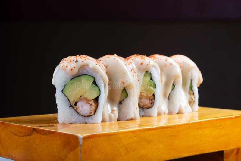 Les petits pains de sushi ont servi en bois - image images stock