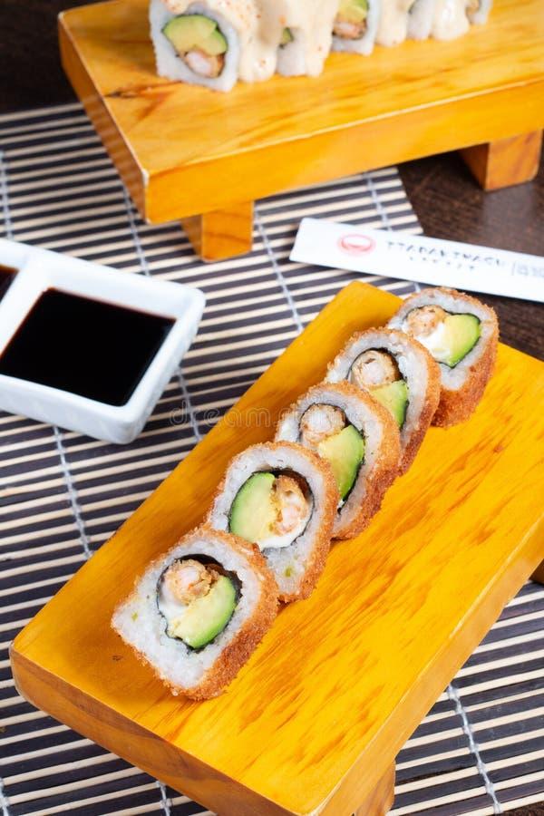 Les petits pains de sushi ont servi en bois - image photos stock