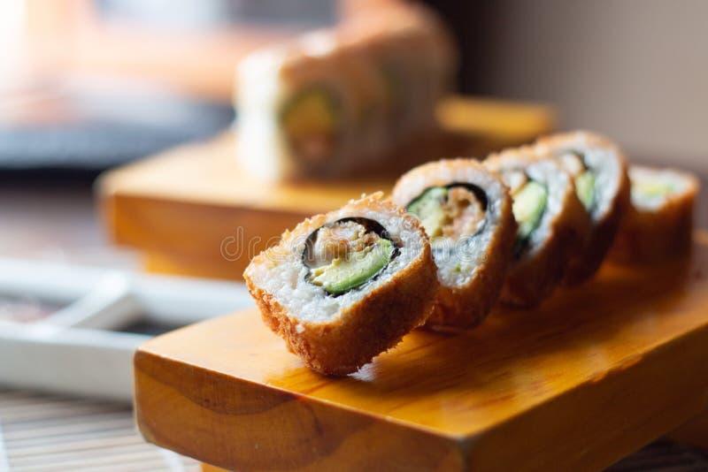 Les petits pains de sushi ont servi en bois - image photographie stock