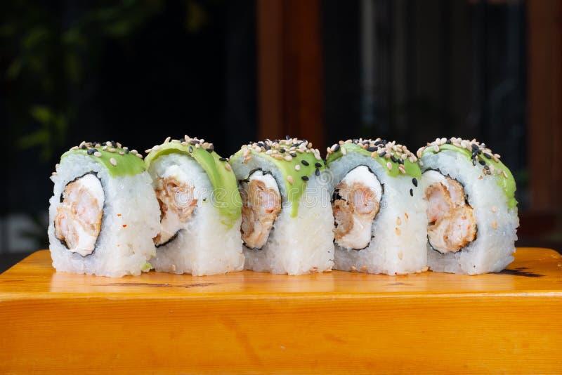 Les petits pains de sushi ont servi en bois - image image stock