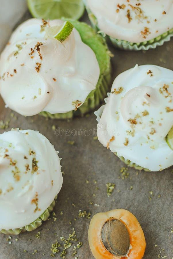Les petits pains faits maison d'abricot bourrés de la meringue et de la chaux épluchent photographie stock libre de droits