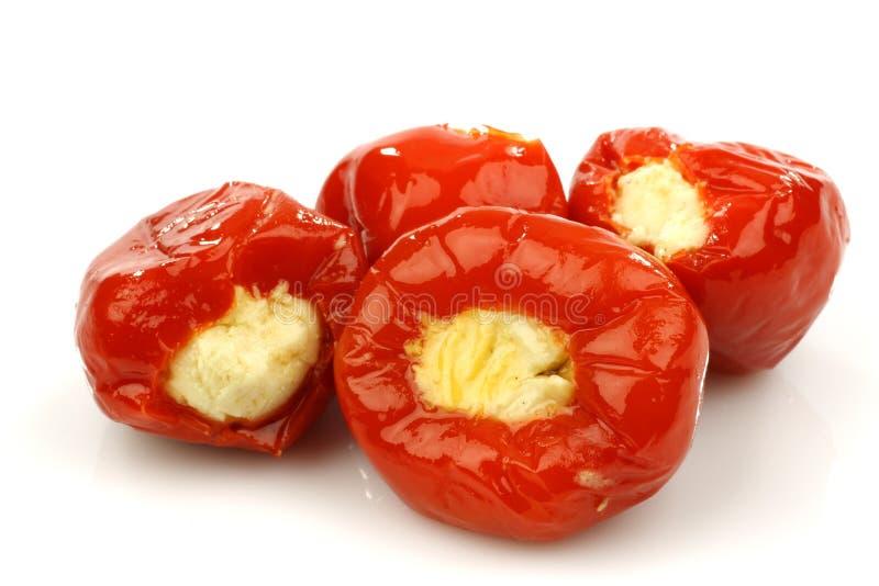 Les petits poivrons rouges doux ont rempli du fromage photo stock