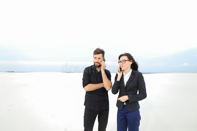 les physiciens heureux camarade et fille défendent la thèse image libre de droits