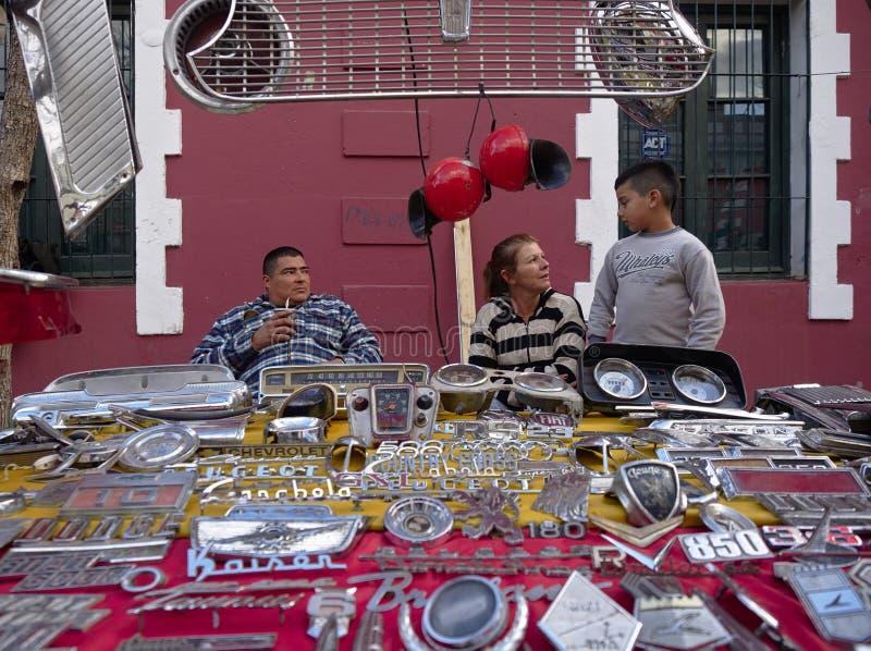 Les pièces d'une voiture ancienne de vente de famille à a se sauvent le marché du secteur d'emes de ¼ de GÃ image stock