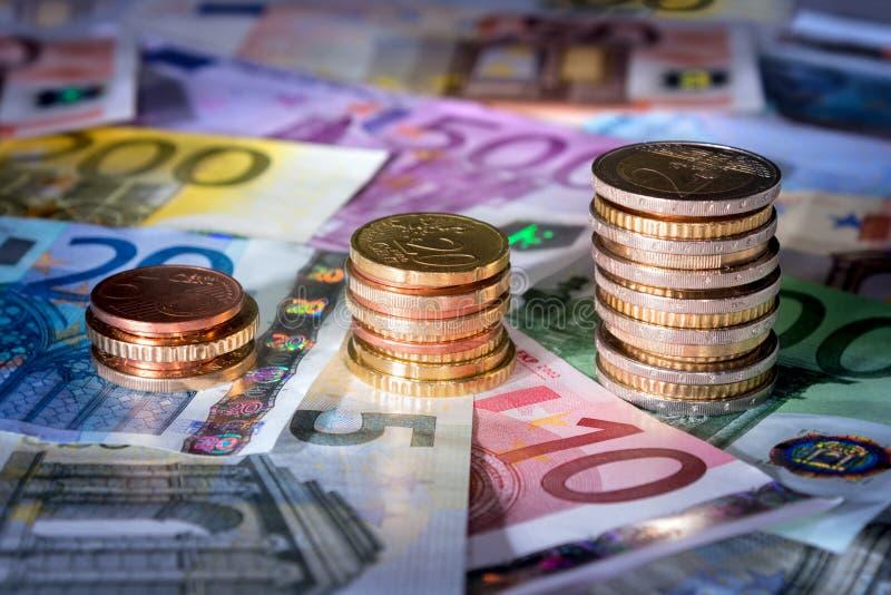 Les pièces de monnaie dressent une carte sur la bourse des valeurs d'euro billets de banque, argent dans la hausse photographie stock libre de droits