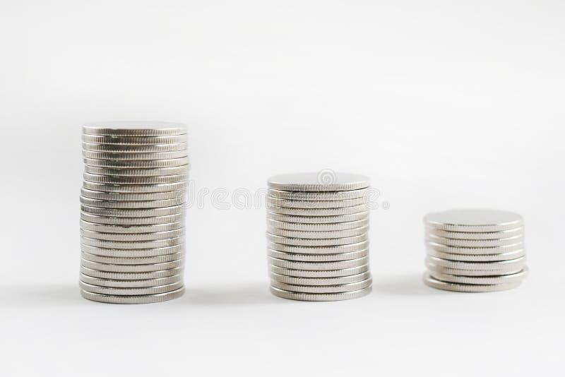 Les pièces de monnaie empile le fond sur le fond blanc, vident avec l'espace de copie pour le ‹de text†photographie stock libre de droits