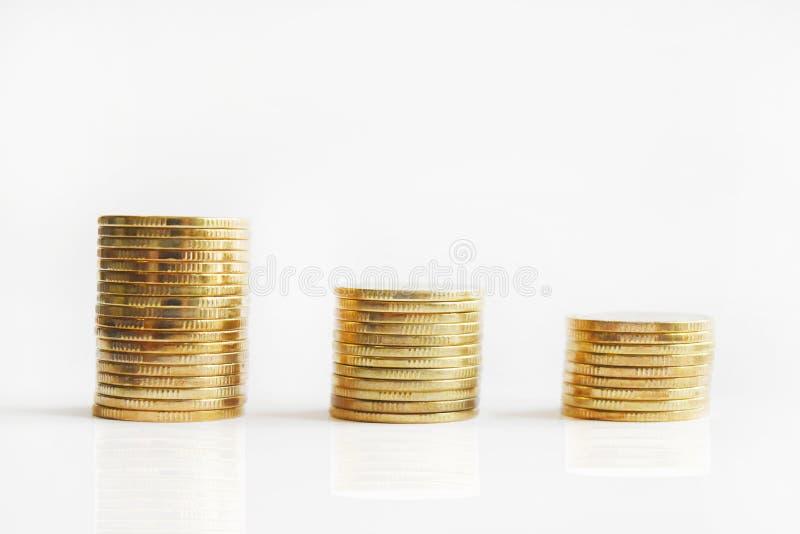 Les pièces de monnaie empile le fond sur le fond blanc, vident avec l'espace de copie pour le ‹de text†images stock