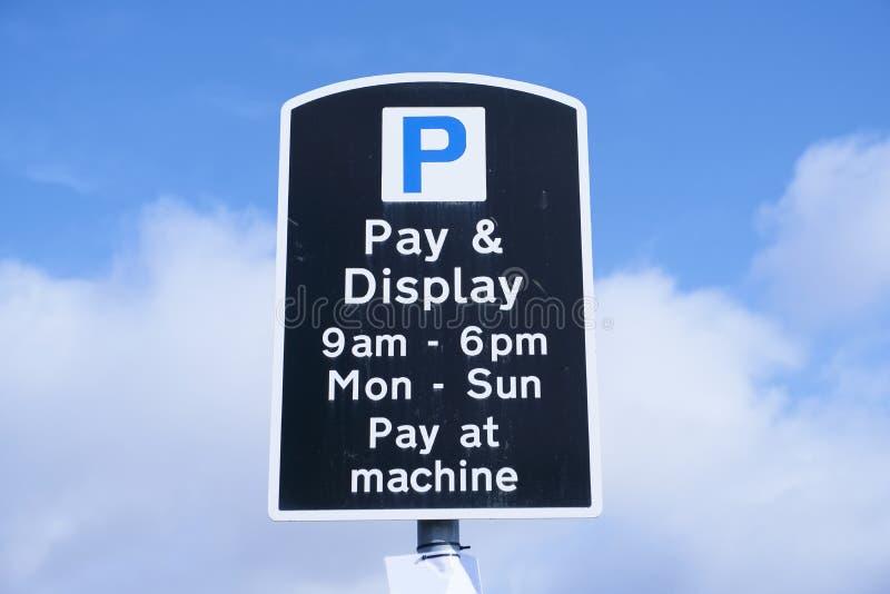 Les pièces de monnaie de paiement de salaire et d'affichage à la machine signent en ciel photo stock