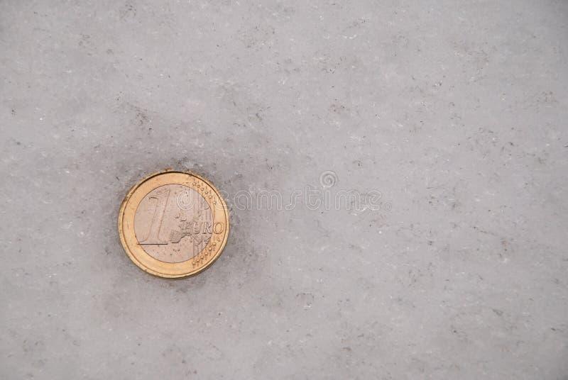 Les pièces de monnaie perdues sur une neige photo libre de droits