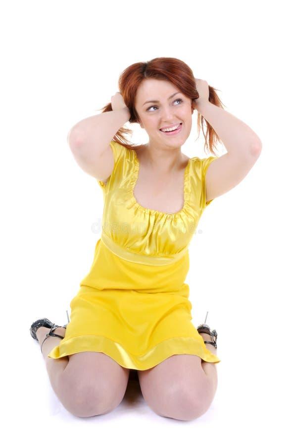 Les pièces espiègles de jeune femme avec son cheveu rouge photo libre de droits