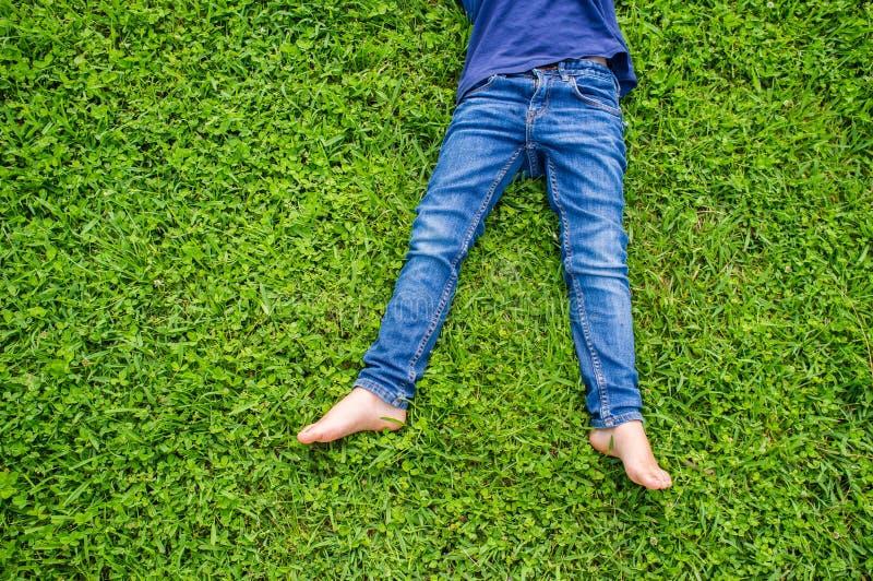 Les pieds nus des enfants photographie stock libre de droits
