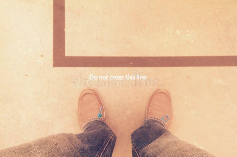 Les pieds s'approchent de la ligne photo stock