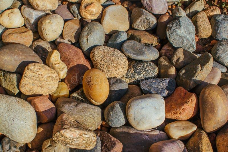 Les pierres colorées de la taille moyenne pour le fond image libre de droits