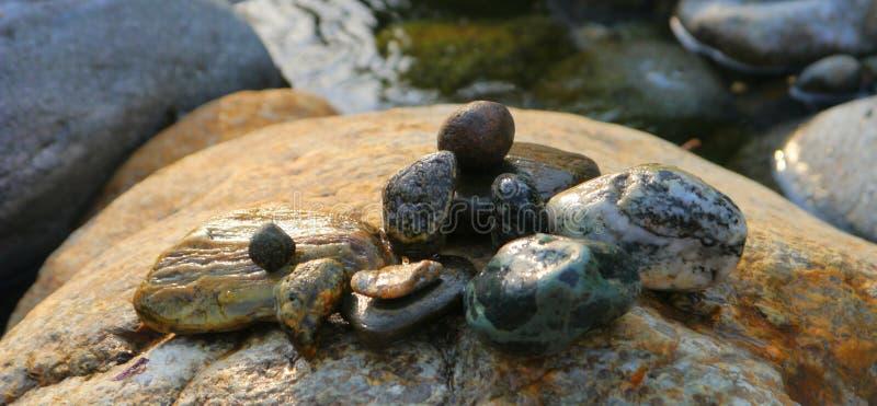 Les pierres de rivière de l'eau coulent repos de puissance images libres de droits