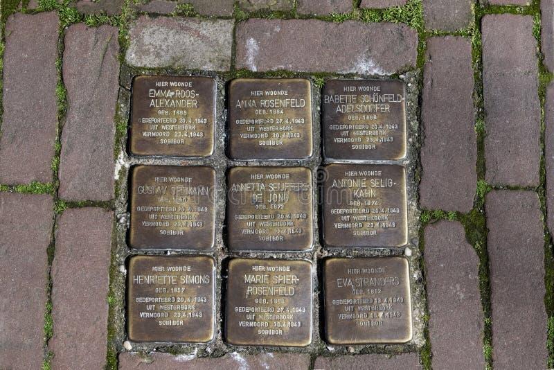 Les pierres de trébuchement, ou le stolpersteine sont les plats en laiton commémoratifs placés dans le trottoir en dehors de cert photos libres de droits