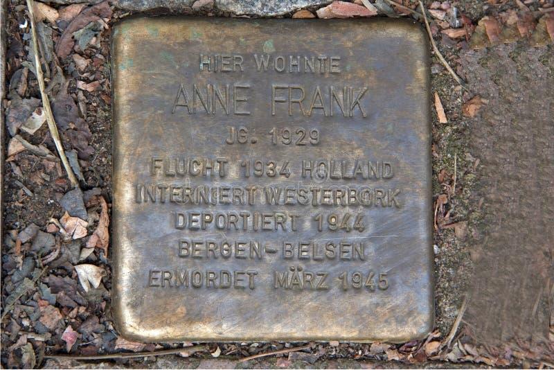 Les pierres de trébuchement rappellent le séjour la famille de Frank à Pastor Platz 1 à Aix-la-Chapelle, Allemagne photos stock