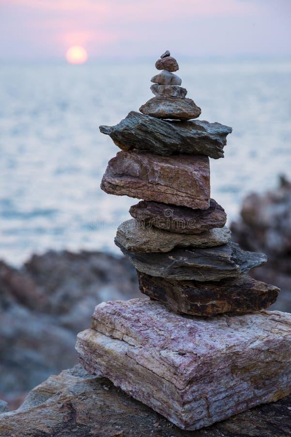 Les pierres dominent avec la mer photos stock