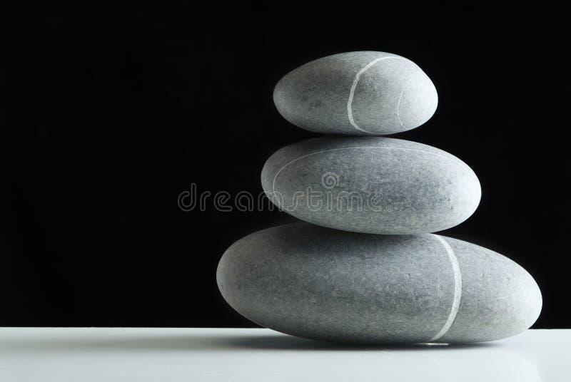 Les pierres empilent au-dessus du noir