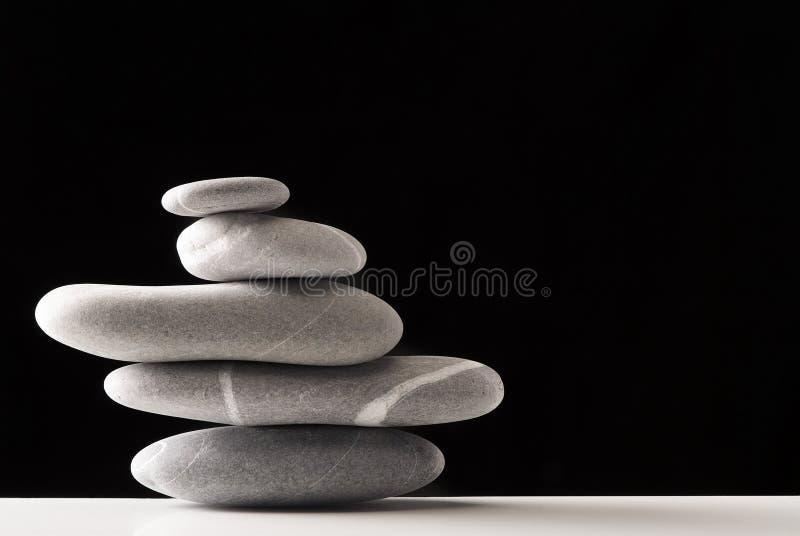 Les pierres empilent au-dessus du noir photos libres de droits