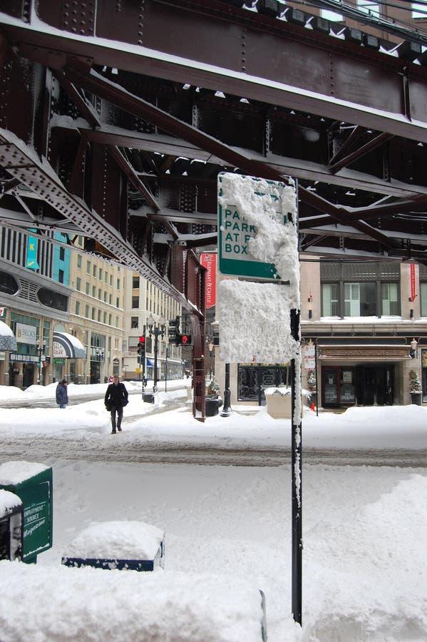 Les piles de neige sous l'EL de Chicago forment des pistes photos stock