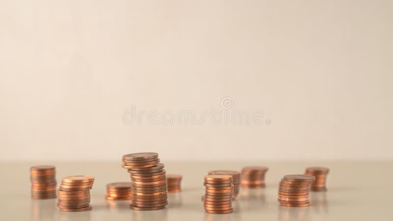 Les piles de pièce de monnaie différentes se lève, des affaires de gestion des risques financières et l'investissement, copient l photos stock