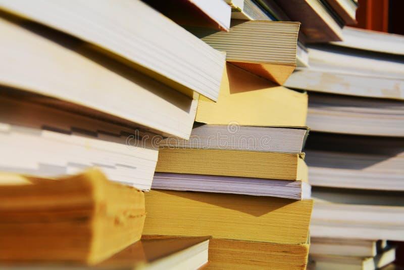 Les piles des livres, se ferment, fond image libre de droits