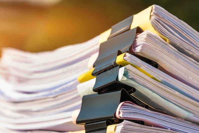 Les piles documents non finies de fichiers papier sur le bureau pour les papiers de rapport, piles de feuille unfinish réalise av photos libres de droits