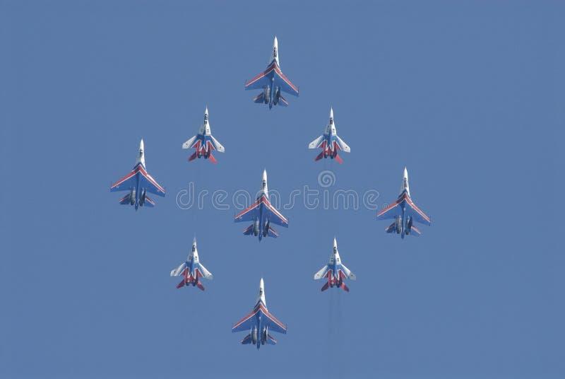 Les pilotes des avions MIG29 et SU27 exécutent conjointement le chiffre d'acrobaties aériennes images stock