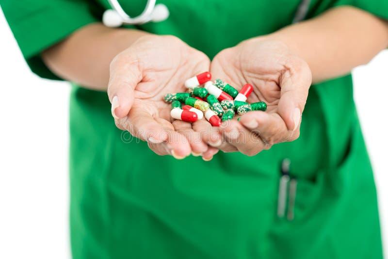 Les pilules de prise et soient saines ! image libre de droits