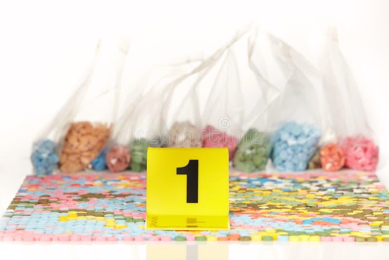 Les pilules saisies de la contrebande extasy ont trouvé par des autorités juridiques pendant le mandat de perquisition photos stock