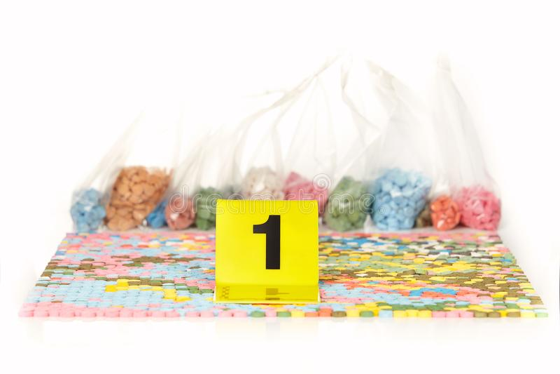 Les pilules saisies de la contrebande extasy ont trouvé par des autorités juridiques pendant le mandat de perquisition photographie stock