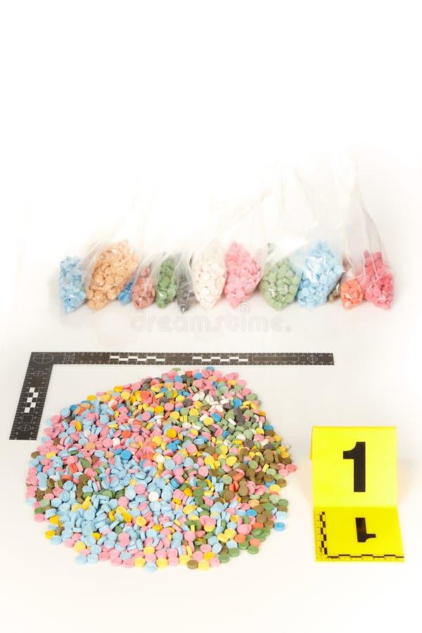 Les pilules saisies de la contrebande extasy ont trouvé par des autorités juridiques pendant le mandat de perquisition photo stock