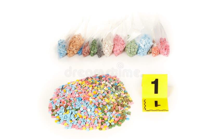Les pilules saisies de la contrebande extasy ont trouvé par des autorités juridiques pendant le mandat de perquisition image stock