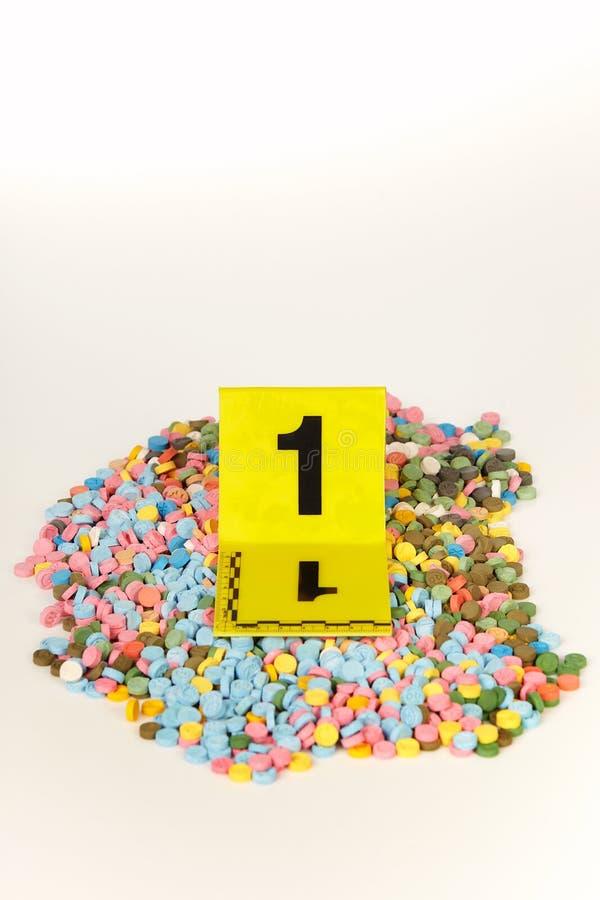 Les pilules saisies de la contrebande extasy ont trouvé par des autorités juridiques pendant le mandat de perquisition photos libres de droits