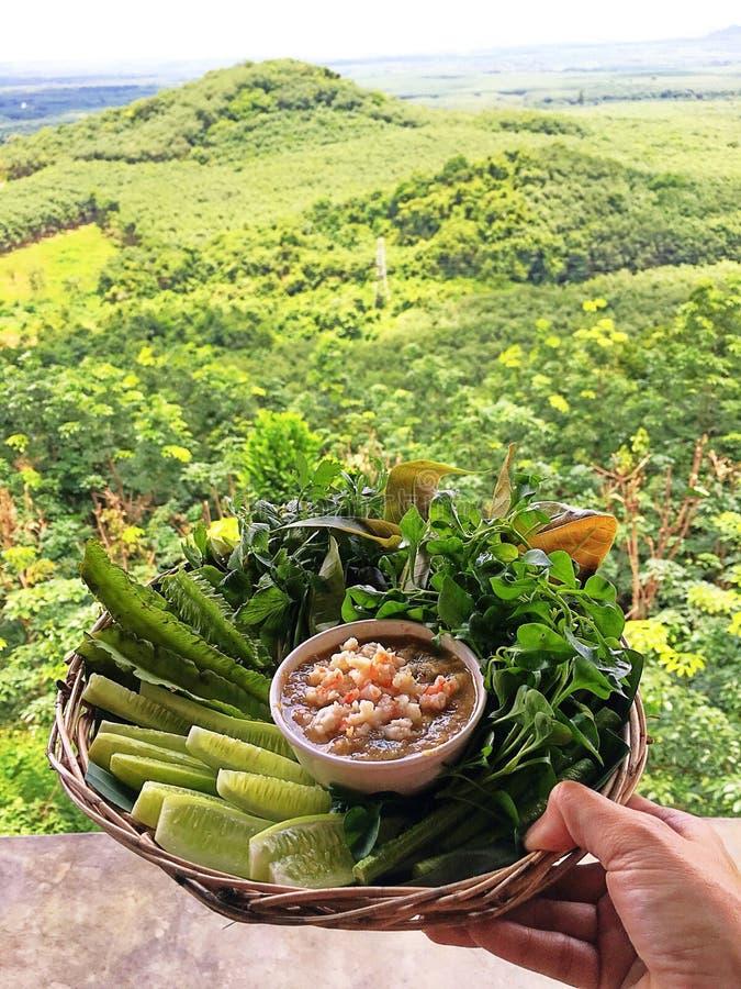 Les piments plongent avec des légumes dans un panier image libre de droits