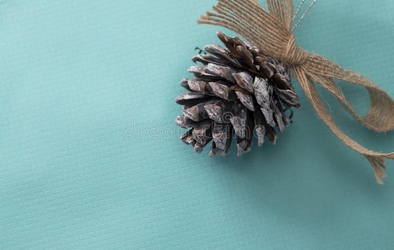 Les pinecones ornement de Noël sur papier d'emballage bleu photographie stock