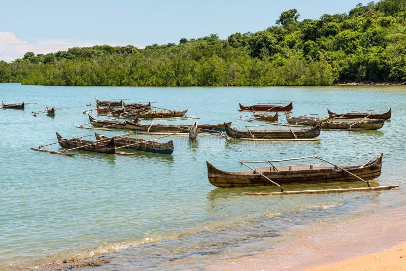 Les pirogues en bois traditionnelles sur fouineur soient île images libres de droits