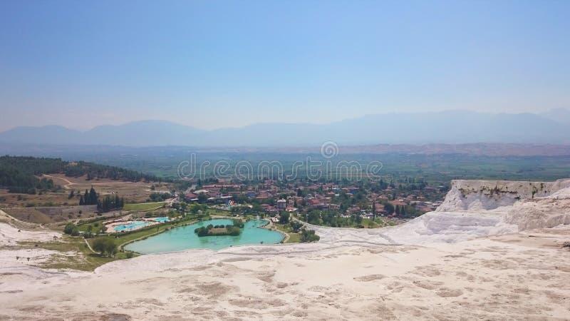 Les piscines avec du charme de Pamukkale en Turquie, ils contiennent Hot Springs et travertins, terrasses des minéraux carbonatés photographie stock libre de droits