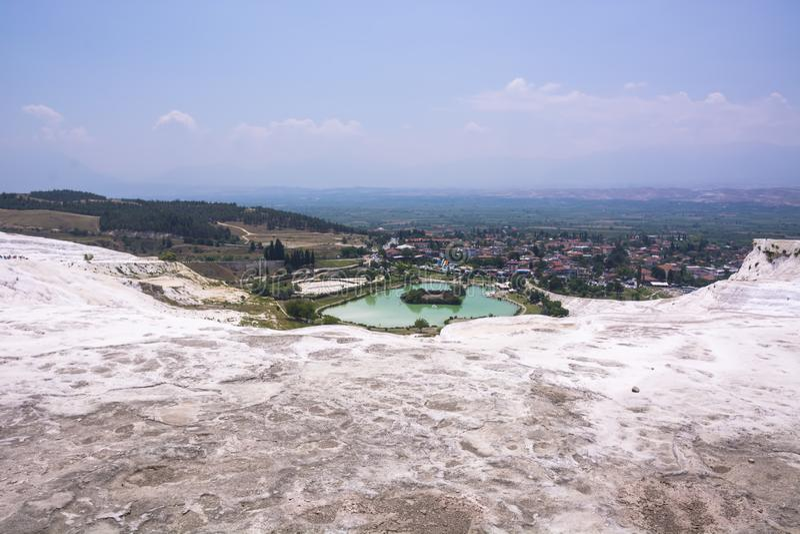 Les piscines et les terrasses de travertin de Pamukkale carbonaté à la vue antique de panorama de Hierapolis, Turquie image libre de droits