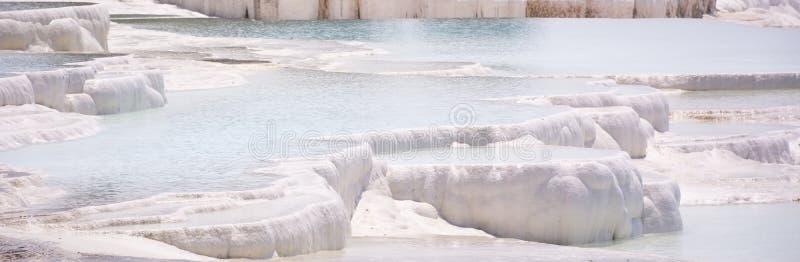 Les piscines et les terrasses de travertin de Pamukkale carbonaté chez Hierapolis antique, Turquie image libre de droits