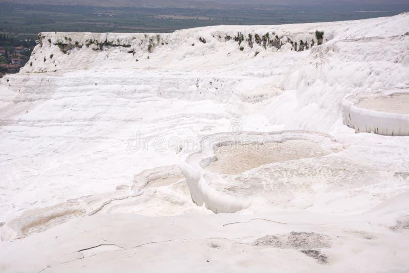 Les piscines et les terrasses de travertin de Pamukkale carbonaté chez Hierapolis antique, Turquie photos stock
